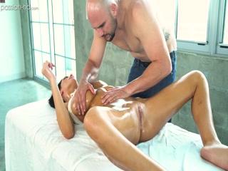 Возбужденный массажист развел на секс роскошную брюнетку с большими сиськами