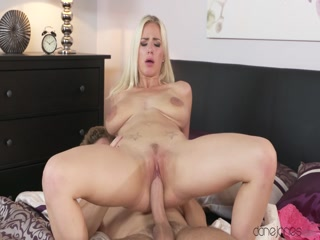 Сексуальная голая женщина трахается с партнером