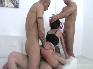Три парня трахают девушку, доводя ее до сильной истерики