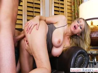 Зрелая женщина сосет у молодого парня член в сексе
