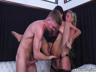 Блондинка и брюнетка сосут парню хуй, чтобы он потом их потрахал